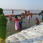 Pelgrims nemen een bad in de Ganges